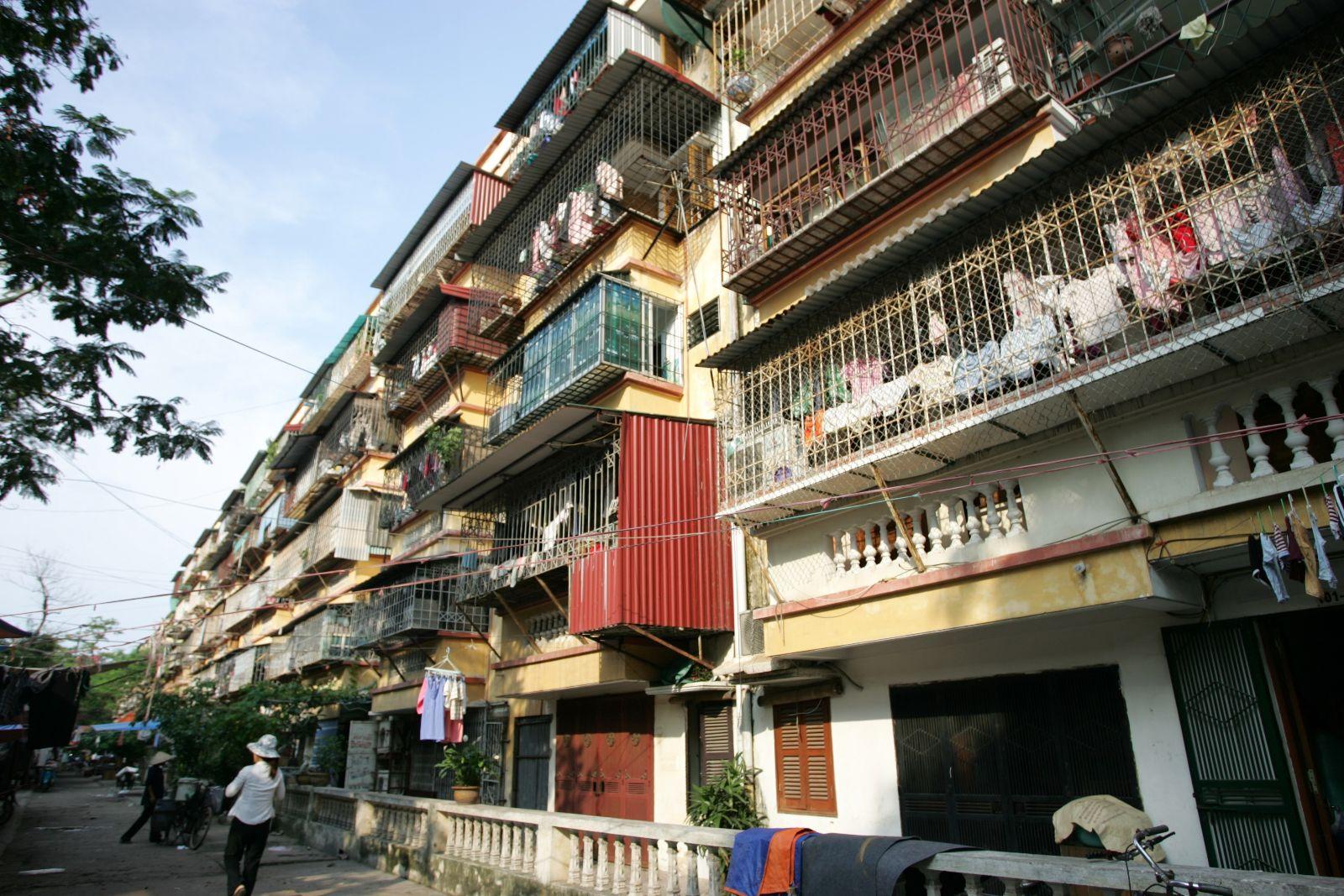 Nhiều công trình chung cư cũ tại Hà Nội xập xệ, hư hỏng